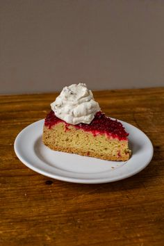 Cranberry upside down cake This simple, sweet-tart dessert is made with fresh cranberries—and topped with walnut-flavored whipped cream. Cranberry Upside Down Cake, Cranberry Cake, Fun Baking Recipes, Cake Recipes, Dessert Recipes, Easy Holiday Desserts, Just Desserts, Holiday Baking, Flavored Whipped Cream