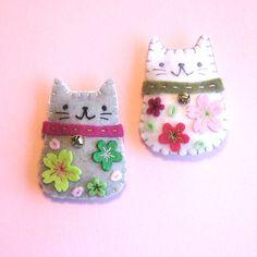 Handmade Felt Magnets - Cherry Blossom Cats. En la URL hay mas fotos indicando la posicion del iman.  . . .  Hay otro pin mio con otra combinacion de colores.