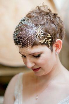 coiffure vintage sur cheveux courts ornés d'une voilette et pendentif élégant