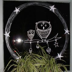 Raamversiering uiltjes krijt op raam of plakkaatverf met kwastje