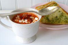 Nu kommer receptet på den smarriga soppan vi åt för ett par dagar sen.Ska serveras med smörigt vitlöksbröd. Nom nom!  Det här behöver du till 4- 5 portioner: 3 st burkar med fyllig tomatkross ( jag valde smaksatt med örter ) 1 finhackad scharlottenlök 1 vitlöksklyfta olivolja 5-6 dl … Läs mer