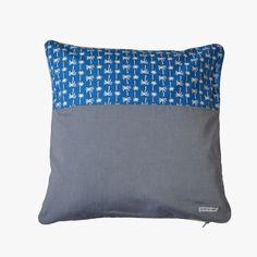 Face coton imprimé palmier et chambray / dos chambray de coton / biais doré / fermeture à glissière bleue. #deco #home #coussins