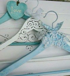 Vintage hangers, dress up your own wooden hangers :) Upcycled Crafts, Diy And Crafts, Arts And Crafts, Shabby Chic Crafts, Vintage Shabby Chic, Wooden Coat Hangers, Hanger Crafts, Ribbon Decorations, Diy Inspiration