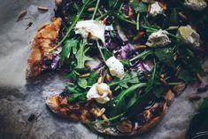mustikka-fetapitsa-2 Seaweed Salad, Pizza, Meat, Chicken, Ethnic Recipes, Food, Essen, Meals, Yemek