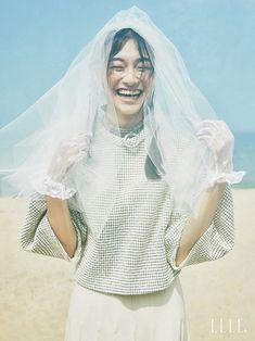 바닷가를 누비는 자유로운 영혼의 신부::화보,드레스,웨딩드레스,스몰웨딩,엘르,elle.co.kr::