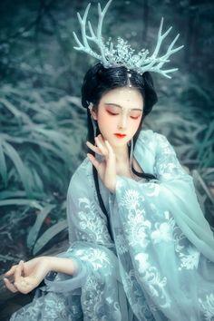 林间 Oriental Fashion, Asian Fashion, Fantasy Photography, Fashion Photography, Fae Aesthetic, Dress Drawing, China Girl, World Photo, Chinese Clothing
