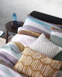 Das Dekokissen kommt mit einem coolen, modernen Streifen-Muster, das ihm seinen individuellen Charme verleiht und durch das es sofort ins Auge sticht.💚 #onloom #myonloom #onloomfrischeswohnen #hygge #hyggelig #autumn #hyggehome #cosy #homeswee Modern, Bed Pillows, Pillow Cases, Instagram, Glamour, Eye, Stripes, Homes, Pattern