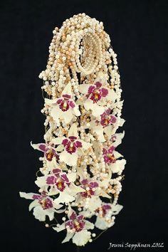 The amazing bridal bouquets by Jouni Seppanen,   like a bracelet