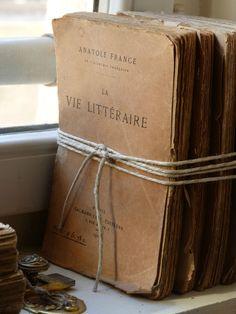 Livres anciens entourés de corde.                              …