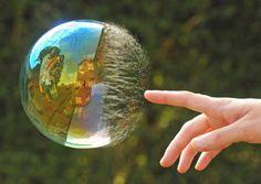 Der Moment, als er diese Seifenblase antippte. | 29 Fotos, die Dir zeigen, was perfektes Timing ist
