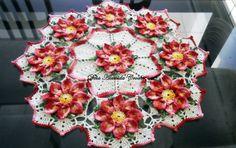 Caminho de mesa em crochê com flores em vermelho, folhas verde multicolorido e fundo em Branco.    Pode ser feito em outras cores e tamanhos, de acordo com sua necessidade. R$ 140,00
