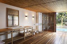 Localizada entre a mata atlântica exuberante e o mar de Itacaré, esta casa se organiza em dois blocos, acomodados em níveis diferentes num terreno íngreme.
