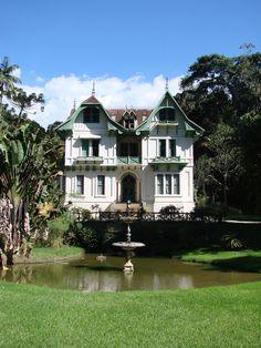 Casa de Petrópolis, Petrópolis, Rio de Janeiro.    Mais conhecida como a Casa dos Sete Erros. Encontre os erros nela.