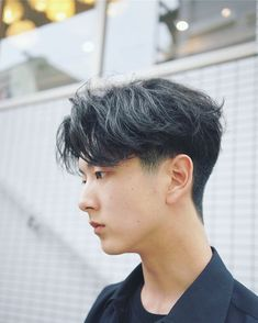 The top short hairstyles for men for the year 2018 are eye-catching and somewhat sophisticated. Today the short mens hairstyles have become particularly. Korean Haircut Men, Korean Men Hairstyle, Asian Haircut, Middle Part Hairstyles Men, Middle Part Haircut, Permed Hairstyles, Boy Hairstyles, Mens Hairstyle Images, Two Block Haircut