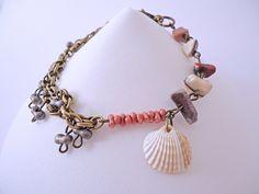 Pulsera de elaboracion unica artesanal color bronce, con piedras semipreciosas, concha de mar y cuentas color rosa y gris de AmarellobyARA en Etsy