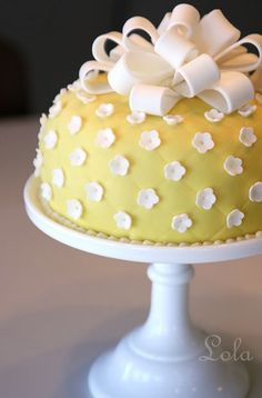 yellow cake with daisy floral accents