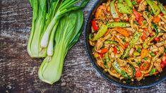 Křupavá zelenina, krásně šťavnaté kuře avýrazná omáčka sarašídy – to je jen částdůvodů, proč milovat kung pao. Přípravu zvládnete za pár minut apak už jen vše zprudka opečete. Zeleninu můžete dát pokaždé jinou astejně tak zvolit přílohu: nudle, rýži nebo išpagety. Orzo, Celery, Asparagus, Asian, Treats, Vegetables, Food, Sweet Like Candy, Studs