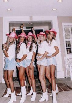 150+ DIY Halloween Costumes for Teenage Girls - Hike n Dip Halloween Costume Teenage Girl, Costumes For Teenage Girl, Cute Group Halloween Costumes, Trendy Halloween, Halloween Kostüm, Women Halloween, Group Costumes, Diy Costumes, Teen Costumes