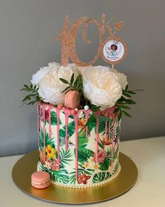 A stunning palm leaf print drip cake, giving us all the tropical vibes! With pink drips and fresh seasonal flowers. Nutella Birthday Cake, Luau Birthday Cakes, 18th Birthday Cake, Birthday Cakes For Women, Luau Cakes, Hawaiin Cake, Foto Pastel, Jungle Cake, Cakes Today