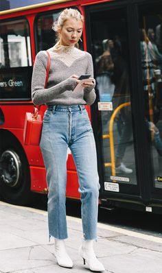 How to wear mom jeans: white boots and knitwear London Fashion Weeks, Fashion Mode, Look Fashion, Winter Fashion, Fashion Trends, Net Fashion, Jeans Fashion, Booties Outfit, Casual Chic