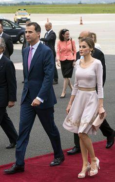 Los Reyes de España con paso firme en París #realeza #royalty