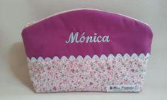 31631d49b Neceser de playa Mónica. Originales neceseres hechos de tela y nombre  bordado. Cierre con
