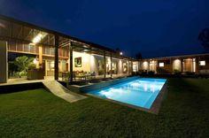 Gosto da ideia da casa rodeando a piscina)