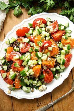 einfache Rezept für Linsensalat mit geröstetem Feta und Tomaten mit Gurke, Minze, Petersile und Zitrone