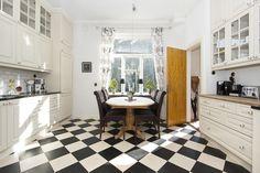 Przyszedł czas na kolejną propozycję z ponadczasową czarno-białą szachownicą na podłodze. Tym razem odnalazła ona swoje miejsce w kuchni. Taka..
