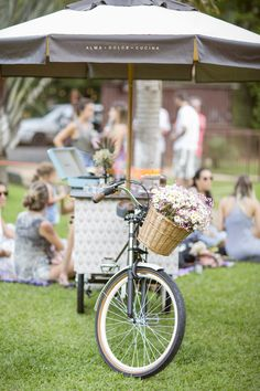 Nossa bicicleta leva charme e ainda mais amor para seu evento ou casamento. Our bike takes charm and even more love for your event or wedding. Foto por @_mariatoscano.
