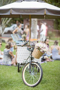 Nossa bicicleta leva charme e ainda mais amor para seu evento ou casamento. Our bike takes charm and even more love for your event or wedding. Foto por @_mariatoscano.