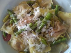 Well, we couldn't make out which bag in the freezer contained which kind of ravioli. So we mixed them. We had fillings of red pepper, deer and the classic mixture of mortadella, prosciutto, pecorino and parmiggiano. To make things worse I added asparagus. At least only butter as a sauce.
