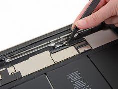 Schritt 34 -       Ein Stück Band verbindet das Digitizer-Bandkabel mit der Hauptplatine. Schieben Sie es mit einer Pinzette weg.