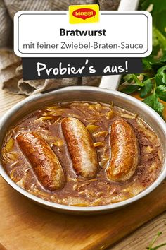 Wie peppt man die Bratwurst richtig auf? Zum Beispiel mit einer feinen Zwiebel-Braten-Sauce! Geht schnell und schmeckt herzhaft-lecker! Am besten mit Petersilie bestreut servieren. Finde eine Anleitung in unserem Rezept!  #rezept #grillen #zwiebel #braten #sauce #bratwurst #schnell #petersilie
