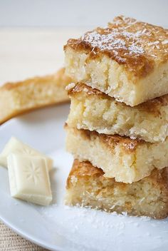 """Weiße Schokolade und Kokos passen so unglaublich gut zusammen! In diesen super-. White chocolate and coconut go so well together! In these super-juicy blondies (brownies, just not brown, but """"blond"""") the two are perfectly united. Man s . Cake Recipes Without Oven, Cake Recipes From Scratch, Easy Cake Recipes, Baking Recipes, Snack Recipes, Dessert Recipes, Cupcake Recipes, Sandwich Recipes, Brownie Recipes"""