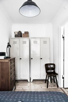 Warm and Inviting Nørrebro Apartment with Fab Vintage Finds - NordicDesign . I gotta get that old set of lockers from dad's garage! Industrial Bedroom Design, Industrial Interiors, Vintage Industrial, Home Interior Design, Interior Architecture, Interior And Exterior, Interior Work, Casa Loft, Estilo Interior
