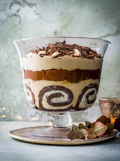 Try our tiramisu trifle recipe with Baileys. This trifle recipe with Baileys is an easy tiramisu trifle recipe with Baileys. Try our tiramisu trifle dessert Tiramisu Trifle, Receita Trifle, Baileys Tiramisu, Chocolate Tiramisu, Tiramisu Recipe, Cheesecake Trifle, Baileys Dessert, Chocolate Custard Recipe, Chocolate Trifle Desserts