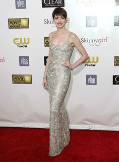 Anne Hathaway wearing a floor-grazing vintage inspired Oscar de la Renta gown which appeared to be influenced by the 1920s flapper era