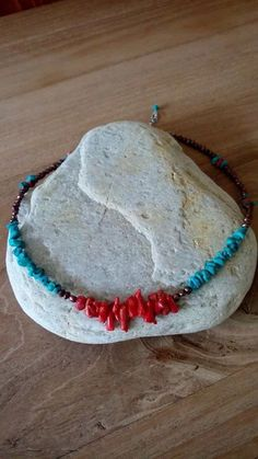 Korte ketting gemaakt met koraaltakjes, turquoise en zoetwater parels.