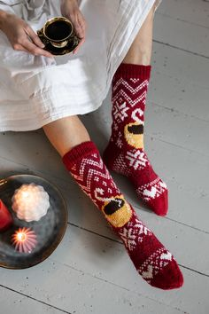 Juhla Mokka -villasukat Knitting Socks, Hand Knitting, Fair Isle Knitting Patterns, Coffee Branding, Christmas Knitting, Diy Clothing, Wool Yarn, Knitting Projects, Mittens