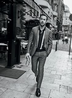 La La Land star Ryan Gosling poses for the cover story of American GQ Magazine's January 2017 edition captured by fashion photographer Craig McDean. Craig Mcdean, Michael Fassbender, Ryan Gosling Style, Ryan Gosling Fashion, Ryan Gosling Suit, Ryan Gosling Drive, Look Fashion, Mens Fashion, Spring Fashion