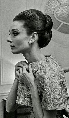 """Se préparant pour la première parisienne de """"My Fair Lady"""", 1964."""