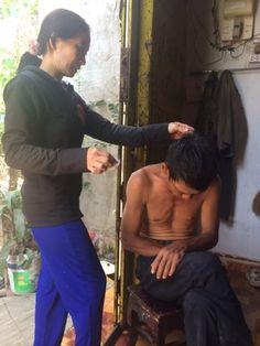 Chị Phương đang rửa vết thương cho chồng http://xoso.wap.vn/ket-qua-xo-so-mien-bac-xstd.html, http://kqxs247365.blogspot.com/,https://sites.google.com/site/kqxsnhanhnhat