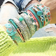 Le turquoise, la couleur de l'été !  Les manchettes Vahiné et Maupiti nous transportent au quotidien dans les eaux claires et transparentes des lagons tropicaux. Bangles, Beaded Bracelets, Turquoise, Bijoux Diy, Diy Accessories, Beauty Shop, Jewerly, Jewelry Watches, Inspiration
