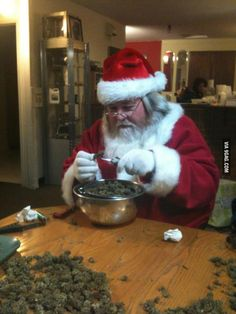 December starts tomorow, the month of christmas, and Santa is allready preparing the presents! ;) #WEROLL #GIZEH #420
