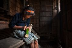 Nais, a Hanunoo Mangyan woman writing Hanunoo script on a fresh piece of bamboo. Nais is one of only three people in her community that can still write the script. Baybayin, Mindoro, Filipino Culture, Culture Clothing, Philippines Culture, Filipina, Travel Photographer, Badass, Female