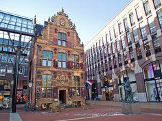 Stadswandeling Groningen (6,5km) http://wandelenrondroden.nl/middellange-routes-6-10km/wandelroutes/6-10km/stadswandeling-groningen-6-5km Deze stadswandeling leidt u langs de mooiste plekken en gebouwen in het centrum van de gezellige stad Groningen. Duur: ongeveer 1,5 uur