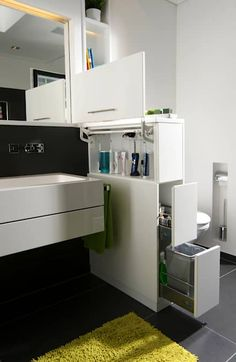 Raumteiler als Raumwunder: moderne Badezimmer von raumwerk-tischlerei gmbh