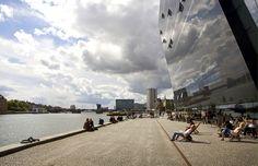 Détente près de la Bibliothèque Royale de Copenhague au Danemark.