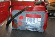 Ce sac est en jeans et en skaï rouge , la bandoulière est une ceinture de pantalons . Venez visiter ma boutique CREASOF Détournement textiles.